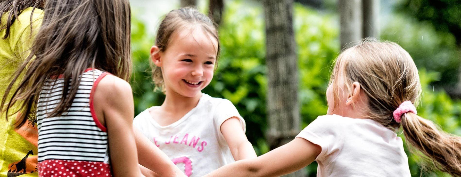 Familien-Freuden und Kinderlachen
