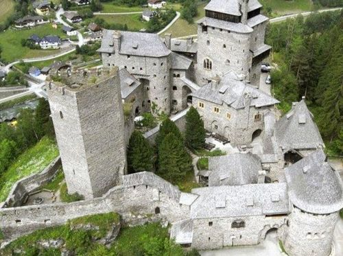 Burg Finstergrün (23 min vom Hotel entfernt)