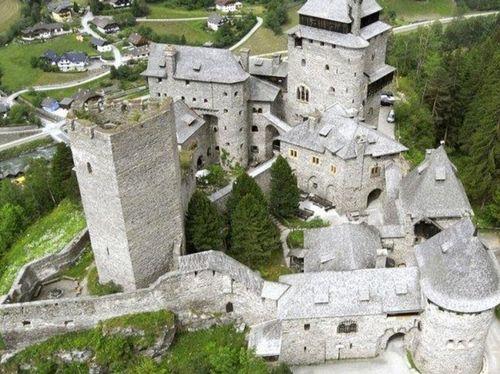 Il Castello di Finstergrün (a 23 minuti dall'hotel)