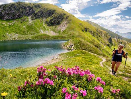 Lago di montagna settimana escursionistica